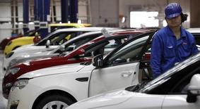 Usine de montage SAIC à Shanghai. General Motors a annoncé lundi que l'une des ses coentreprises chinoises prévoyait de mettre sur pied un site de fabrication en Indonésie pour tirer parti de la croissance du plus grand marché automobile d'Asie du Sud-Est. /Photo d'archives/REUTERS/Aly Song