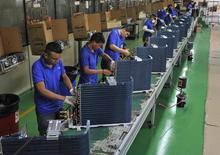 Operários em linha de montagem de fábrica em Manaus. 24/06/2014 REUTERS/Jianan Yu
