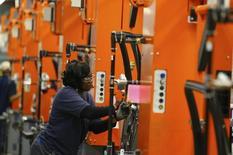 En la imagen, una empleada de BMW trabaja en una fábrica de ensamblaje en Spartanburg, Carolina del Sur. 28 de marzo, 2014. El ritmo de crecimiento en el sector manufacturero de Estados Unidos se desaceleró más de lo esperado en enero, mostró un informe de la industria publicado el lunes. REUTERS/Chris Keane