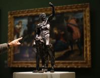 Escultura de bronze de Michelangelo no Museu Fitzwilliam, em Cambridge, Inglaterra. 02/02/2015.   REUTERS/Darren Staples