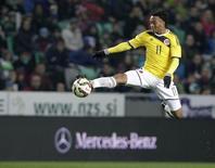 O colombiano Juan Cuadrado durante disputa de bola em amistoso com a Eslovênia, em Liubliana. 18/11/2014 REUTERS/Srdjan Zivulovic