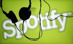 """En esta imagen de archivo, unos auriculares cuelgan frente a una pantalla con un logo de Spotify en Zenica el 20 de febrero de 2014.  El servicio de audio por """"streaming"""" Spotify canceló por el momento su lanzamiento en Rusia a causa de la crisis económica, la situación política y las nuevas leyes de internet en el país europeo, dijo el diario británico Independent citando a la agencia rusa RBC. REUTERS/Dado Ruvic"""