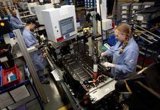 Les commandes à l'industrie américaine ont baissé de 4,3% en décembre, pour le quatrième mois d'affilée. L'activité manufacturière marque le pas en raison notamment du ralentissement de la croissance mondiale et de la chute des cours du pétrole. /Photo d'archives/REUTERS/Rebecca Cook