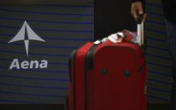 L'exploitant d'aéroports espagnol Aena a annoncé mardi avoir relevé la fourchette de prix pour son introduction en Bourse, attendue le 11 février, afin de prendre en compte la confiance des investisseurs face à la reprise de l'économie espagnole. /Photo prisele 6 novembre 2014/REUTERS/Sergio Perez