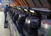 Un trabajador realiza labores de mantenimiento en unas máquinas al interior de la acería TIM en Huamantla, México, oct 11 2013. La inversión de las empresas en México subió un 0.3 por ciento en noviembre frente a octubre, impulsada por los gastos efectuados en construcción, dijo el miércoles el instituto nacional de estadísticas, INEGI. REUTERS/Tomas Bravo