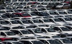 Les ventes de voitures en Europe devraient augmenter de 2,1% cette année, soit nettement moins que la croissance de 5,7% enregistrée l'an dernier, selon l'Association des constructeurs européens d'automobiles (ACEA). Les ventes de voitures neuves en Europe, une zone que l'ACEA définit en gros comme l'Union européenne plus la Norvège et la Suisse, ont renoué avec la croissance l'an dernier, pour la première fois depuis la crise financière. /Photo d'archives/REUTERS/Roosevelt Cassio