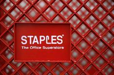 Staples a annoncé mercredi le rachat d'Office Depot sur la base d'une valorisation de 6,3 milliards de dollars (5,5 milliards d'euros), une opération qui donnera naissance à un géant mondial des articles de bureau. /photo prise le 4 février 2015/REUTERS/Jim Young