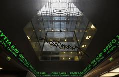 La Bourse d'Athènes a ouvert en forte baisse jeudi, entraînée par le secteur bancaire après la décision abrupte de la BCE de priver le pays d'un canal de financement. Le principal indice reculait vers 09h00 GMT de 5,66% et celui regroupant les valeurs bancaires grecques de 13,4%. /Photo prise le 3 février 2015/REUTERS/Yannis Behrakis