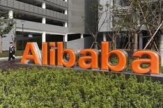 Логотип Alibaba (China) Technology Co. у центрального офиса компании в Ханчжоу. 16 марта 2010 года. Входящая в китайскую Alibaba Group розничная площадка онлайн-торговли AliExpress открыла в центре Москвы совместно с российским партнером, логистической СПСР-экспресс, первый в мире центр выдачи заказов, через который может проходить до 20.000 посылок в месяц. REUTERS/Lang Lang