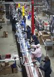 Trabajadores en la línea de ensamblaje de la firma Bicycle Corporation of America en Manning, EEUU, nov 19 2014. La productividad de las empresas no agrícolas de Estados Unidos se frenó con mayor intensidad de lo esperado en el cuarto trimestre, mientras que los costos laborales unitarios repuntaron tras caer en los anteriores tres meses.  REUTERS/Randall Hill