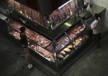 Consumidora paga por produtos no Mercado Municipal em São Paulo. 10/10/2014 REUTERS/Nacho Doce