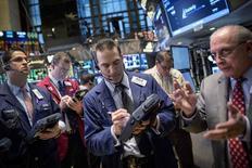La Bourse de New York a perdu près de 0,5% vendredi, plongeant dans le rouge en fin de séance après que Jeroen Dijsselbloem, président de l'Eurogroupe, a dit que la Grèce avait jusqu'au 16 février pour demander un prolongement de son programme d'aide. /Photo prise le 6 février 2015/REUTERS/Brendan McDermid