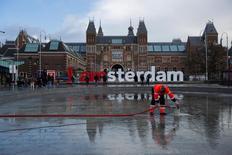 Homem faz limpeza em museu de Amsterdã. 23/03/2014.   REUTERS/Cris Toala Olivares