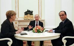 """Лидеры Германии, России и Франции Ангела Меркель, Владимир Путин и Франсуа Олланд на переговорах в Кремле 6 февраля 2014 года, итогом которых стало обещание подготовить """"возможный совместный документ"""" по мотивам сорванного сентябрьского перемирия.  REUTERS/Maxim Zmeyev"""