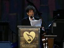Musician Bob Dylan speaks at the 2015 MusiCares Person of the Year tribute honoring Bob Dylan in Los Angeles, California February 6, 2015.  REUTERS/Mario Anzuoni