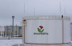 Нефтехранилище Башнефти у села Шушнур в Башкортостане. 28 января 2015 года. Средний по размеру российский нефтепроизводитель Башнефть, перешедшая осенью 2014 года в собственность государства, увеличила запасы в прошлом году на 4,9 процента до 2,15 миллиарда баррелей нефтяного эквивалента по классификации PRMS, сообщила компания. REUTERS/Sergei Karpukhin