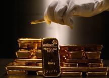 Слитки золота в хранилище Pro Aurum в Мюнхене. 3 марта 2014 года. Цены на золото растут на фоне спада на фондовых рынках Азии после публикации отчета о внешней торговле Китая. REUTERS/Michael Dalder
