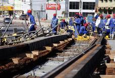Operários trabalham em construção em Cuiabá antes da Copa do Mundo. 11/06/2014.   REUTERS/Eric Gaillard