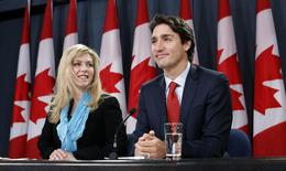 Liberal leader Justin Trudeau (R) and Member of Parliament Eve Adams take part in a news conference in Ottawa February 9, 2015.  REUTERS/Chris Wattie