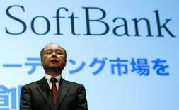 Masayoshi Son, directeur général de Softbank. Le troisième opérateur mobile japonais fait état d'un repli inattendu de 5,9%, à 191,39 milliards de yens (1,4 milliard d'euros) de son bénéfice d'exploitation trimestriel, continuant à souffrir des difficultés de Sprint, sa filiale américaine déficitaire rachetée pour plus de 20 milliards de dollars (17,7 milliards d'euros) en 2012. /Photo prise le 10 février 2015/REUTERS/Thomas Peter