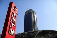Le conglomérat chinois Dalian Wanda Group, numéro un de l'immobilier en Chine via Dalian Wanda Commercial Properties, a conclu mardi le rachat d'Infront Sports Media, société suisse de marketing sportif, pour 1,05 milliard d'euros et annoncé sa volonté d'effectuer d'autres acquisitions cette année pour se renforcer dans le sport et le divertissement. /Photo prise le 23 décembre 2014/REUTERS/Aly Song