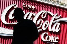 Логотип Coca-Cola в Сиднее. 3 августа 2004 года. Coca-Cola Co отчиталась во вторник о немного превысившем ожидания росте прибыли благодаря тому, что продажи на ее крупнейшем рынке - в Северной Америке - выросли впервые за четыре квартала и компенсировали влияние сильного доллара на бизнес за рубежом. REUTERS/Will Burgess
