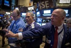 Трейдеры на фондовой бирже в Нью-Йорке. 9 февраля 2015 года. Фондовые рынки США выросли во вторник в надежде на договоренность Греции с иностранными кредиторами, а Apple стала первой американской компанией стоимостью свыше $700 миллиардов. REUTERS/Brendan McDermid