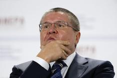 Глава Минэкономразвития Алексей Улюкаев на Гайдаровском форуме в Москве. 14 января 2015 года. Правительство одобрило уточненный макроэкономический прогноз Минэкономразвития, в соответствии с которым доходы бюджета в 2015 году сократятся на 2,34 триллиона рублей, а дефицит бюджета может достигнуть 3,8 процента ВВП, если не сокращать расходы. REUTERS/Sergei Karpukhin