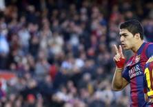 Luís Suárez, do Barcelona, comemora gol marcado contra o Córdoba pelo Campeonato Espanhol. 20/12/2014 REUTERS/Albert Gea