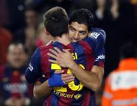 Luis Suárez e Lionel Messi comemoram gol do Barcelona contra o Villarreal.   11/02/2015. REUTERS/Albert Gea