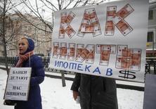 Участники митинга в центре Москвы. 12 декабря 2014 года. ЦБР планирует увеличить коэффициент риска по валютной ипотеке, выданной в иностранной валюте с 1 апреля 2015 года, до запретительных 300 процентов со 150 процентов, следует из проекта указания ЦБ, опубликованного на сайте регулятора. REUTERS/Maxim Zmeyev