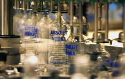 Бутылки наполняются водкой Absolut в Охусе, Швеция 17 июля 2007 года. Операционная прибыль французского производителя спиртных напитков Pernod Ricard не изменилась в первом финансовом полугодии из-за борьбы властей Китая с чрезмерными тратами чиновников на подарки, а также слабости рынка водки в США. REUTERS/Bob Strong