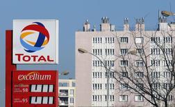 Логотип Total на заправке в Марселе 11 февраля 2015 года. Французская нефтяная компания Total снизила прибыль на 17 процентов в четвертом квартале и сообщила о списании $6,5 миллиарда, в основном по нефтеносным пескам и сланцевым активам в Северной Америке. REUTERS/Jean-Paul Pelissier