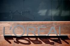 L'Oréal a dégagé un résultat opérationnel 2014 en progression de 3,5%, alors que la croissance organique de son chiffre d'affaires s'est nettement accélérée en fin d'année, dépassant nettement les attentes. /Photo prise le 24 juillet 2014/REUTERS/Benoît Tessier