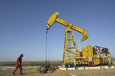 Станок-качалка на месторождении компании PetroChina близ Шэньяна. 13 января 2008 года. Нефть марки Brent держится утром в пятницу выше отметки $59 за баррель, прибавляя за неделю более 3 процентов, на сообщениях о сокращении инвестиций в отрасли и на фоне падения курса доллара. REUTERS/Stringer