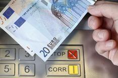 Les valeurs bancaires figurent en tête des hausses à la Bourse de Paris à la mi-séance, alors que les espoirs d'un accord sur la dette grecque refont surface. Vers 13h45, Société générale avance de 3,66%, Crédit agricole s'adjuge 3,84% et BNP Paribas progresse de 2,73%, alors que le CAC 40 est en hausse de 0,61%. /Photo d'archives/REUTERS/Thomas Hodel