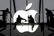 Workers prepare for the opening of an Apple store in Hangzhou, Zhejiang province, January 23, 2015.  REUTERS/Chance Chan