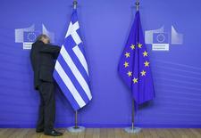 """Le porte-parole du gouvernement grec a déclaré dimanche que la Grèce avait décidé avec ses partenaires européens qu'il lui fallait un """"plan national de réformes"""" pour régler certains problèmes économiques qui durent depuis des décennies dans le pays. /Photo prise le 15 février 2015/REUTERS/Yves Herman"""