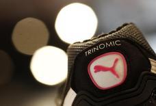 Кроссовок Puma. Херцогенаурах, 20 февраля 2014 года. Немецкий производитель спорттоваров Puma ожидает, что изменения валютных курсов, в особенности укрепление американского доллара, продолжат оказывать отрицательное влияние на прибыль компании в 2015 году после того, как уже привели к неожиданному убытку в последнем квартале 2014 года. REUTERS/Michaela Rehle