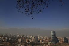 Vista general de la ciudad de Santiago. Imagen de archivo, 2 junio, 2011.  La inversión extranjera directa en Chile creció un 15 por ciento en el 2014, impulsada por adquisiciones de compañías y desarrollo de nuevos proyectos, pese a la desaceleración económica que sufre el país, informó el lunes el Gobierno. REUTERS/Ivan Alvarado