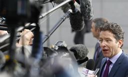 El presidente de una reunión de ministros de Finanzas de la zona euro, Jeroen Dijsselbloem, habla con periodistas en Bruselas. Imagen de archivo 11 febrero, 2015. Grecia necesita pedir una extensión de su rescate internacional esta semana, dijo el lunes Jeroen Dijsselbloem, quien presidió una reunión de ministros de Finanzas de la zona euro. REUTERS/Yves Herman