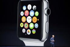 Le PDG d'Apple, Tim Cook, lors de la présentation de l'Apple Watch. La marque à la pomme aurait demandé à ses sous-traitants en Asie de produire au premier trimestre cinq à six millions d'exemplaires de sa montre connectée, qui sera disponible en trois versions et sur le marché en avril. /Photo prise le 9 septembre 2014/REUTERS/Stephen Lam