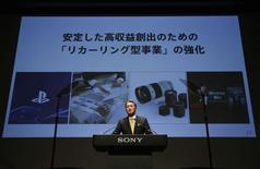 Le directeur général de Sony Kazuo Hirai. Le groupe japonais entend multiplier par 25 son bénéfice d'exploitation dans les trois prochaines années en se concentrant sur les capteurs d'images, les jeux vidéo et les loisirs. /Photo prise le 18 février 2015/REUTERS/Issei Kato
