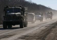Украинские военные покидают районы близ Дебальцево. 18 февраля 2015 года. Украинская армия вывела большую часть своих подразделений из боя за Дебальцево на востоке Украины. REUTERS/Gleb Garanich