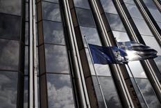Bandeira da Grécia e da UE em frente a um prédio em Atenas. 17/02/2015 REUTERS/Alkis Konstantinidis