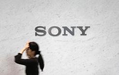 Логотип Sony Corp в центральном офисе компании в Токио. 4 февраля 2015 года. Sony Corp планирует увеличить прибыль в 25 раз в ближайшие три года благодаря росту подразделений, занимающихся датчиками-видеокамерами и игровыми консолями PlayStation, сообщил глава компании Кадзуо Хираи. REUTERS/Yuya Shino