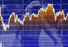 Экран с графиком индекса Токийской фондовой биржи (TOPIX) в брокерской конторе. Токио, 2 июня 2014 года. Японский фондовый рынок поднялся до 15-летнего максимума благодаря Sony и акциям финансовых компаний. REUTERS/Yuya Shino