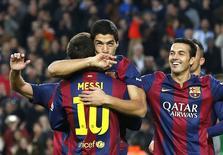 Luis Suárez celebra gol com os companheiros de time Messi e Pedro, durante jogo contra o Levante, no Camp Nou, em Barcelona. 15/02/2015   REUTERS/Gustau Nacarino
