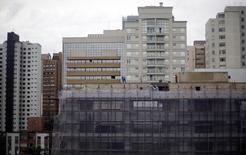 Trabalhadores na construção de um prédio em Curitiba. 18/06/2014  REUTERS/Amr Abdallah Dalsh