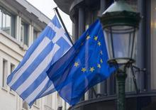 Las banderas de Grecia y de la Unión Europea en las afueras de la embajada griega en Bruselas, 19 febrero, 2015. Grecia solicitó el jueves a la zona euro una extensión por seis meses de su programa de asistencia financiera, comprometiéndose a cumplir con el pago de todas sus deudas y a no tomar acciones unilaterales que puedan socavar las metas fiscales acordadas, según un documento al que Reuters tuvo acceso. REUTERS/Yves Herman